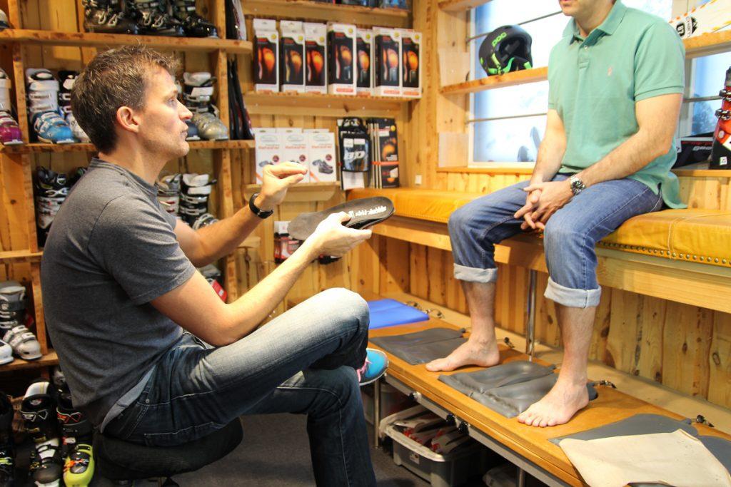 Nicolai fra SnowFun forklarer om specialsåler til skistøvler