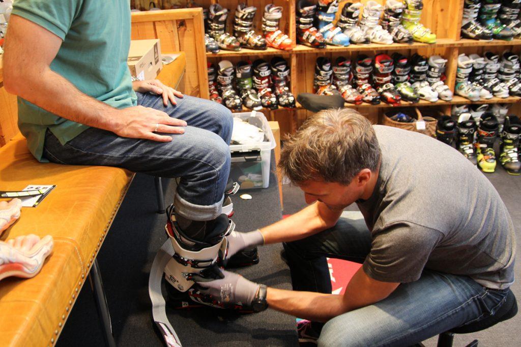 Nicolai spænder den varme Vacuum Fit støvle fast på Troels