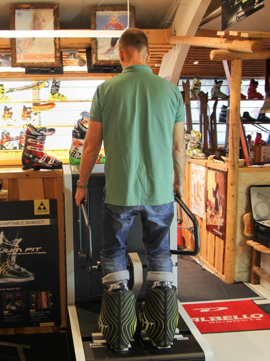 Troels står i spænd med skistøvlerne på