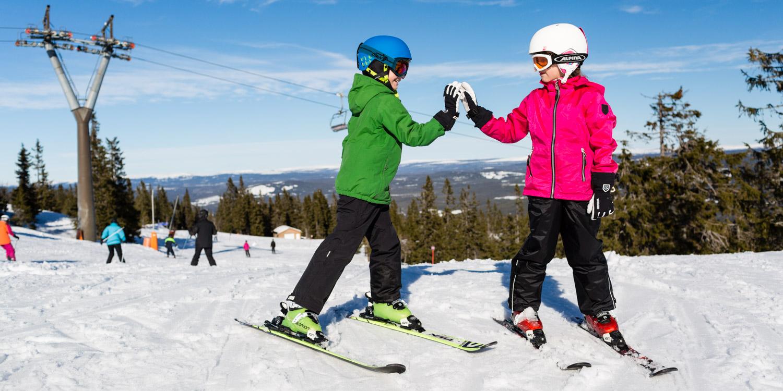 4 fordele ved at købe ski og skistøvler til dine børn