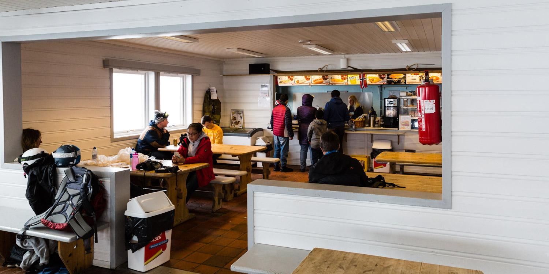 Kombineret cafeteria og varmestue ved FONNA Glacier Ski Resort