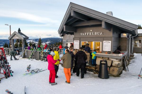 """I """"Vaffelbua"""" ved Midtstationen kan der købes lækre vafler for 40 norske kroner // Foto: Troels Kjems"""