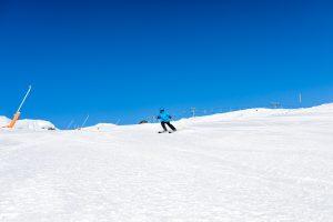 Den bred blå piste ned fra Roni-toppen (1.225 m.o.h.) inviterer til pistefræs // Foto: Troels Kjems