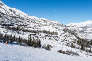 Veslestølen hytteområde og Skarsnuten Hotel længst oppe // Foto: Troels Kjems