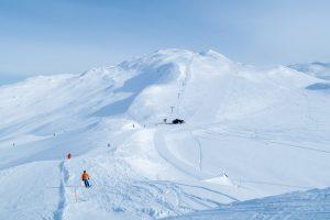 Fra Totten (1.450 m.o.h.) er der 800 højdemeter lettilgængelig off-piste i forskellige sværhedsgrader // Foto: Troels Kjems
