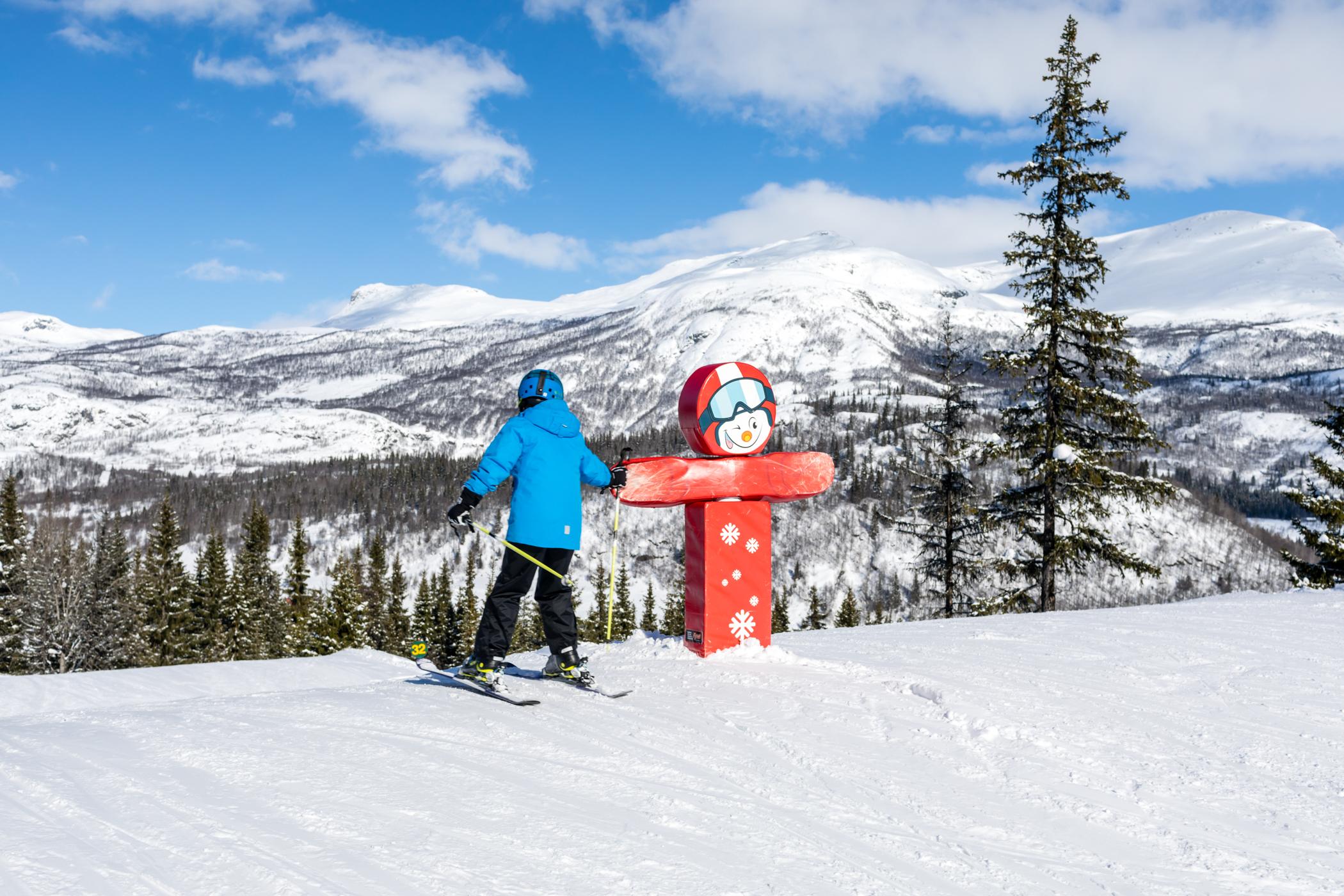 SkiStar-maskotten Valle er altid klar til en High-Five på fun-slopen // Foto: Troels Kjems