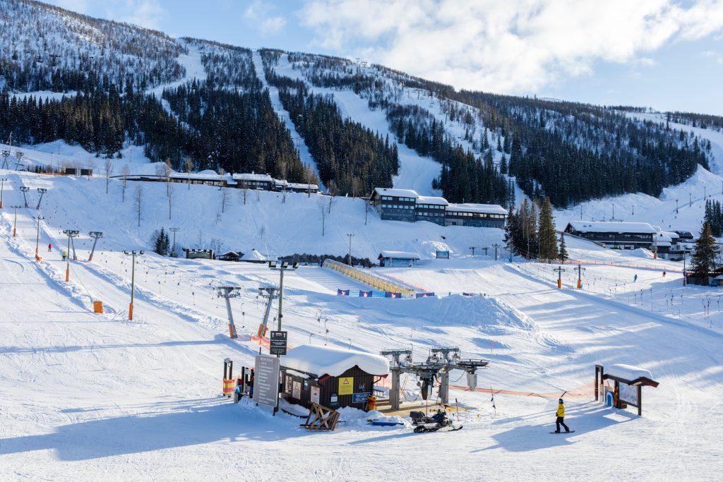 """Udsigt fra SkiStar Lodge Suites ned over børneområdet """"Valleland"""" // Foto: Troels Kjems"""