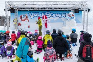 Valle giver den gas på scenen, mens far og mor drømmer om at give den gas på pisten // Foto: Troels Kjems