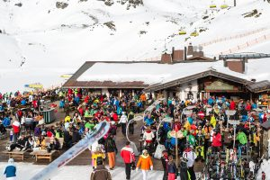 Fra tidlig morgen til sen eftermiddag er der gang i udskækningen af fadøl og shots på Hochalm i den nordvestlige del af Obertauerns skiområde.