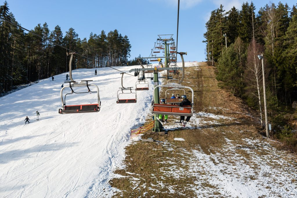 Til venstre: Velpræpareret piste med 30-40 cm sne (primært kunstsne). Til højre: Brun bakke // Foto: Troels Kjems