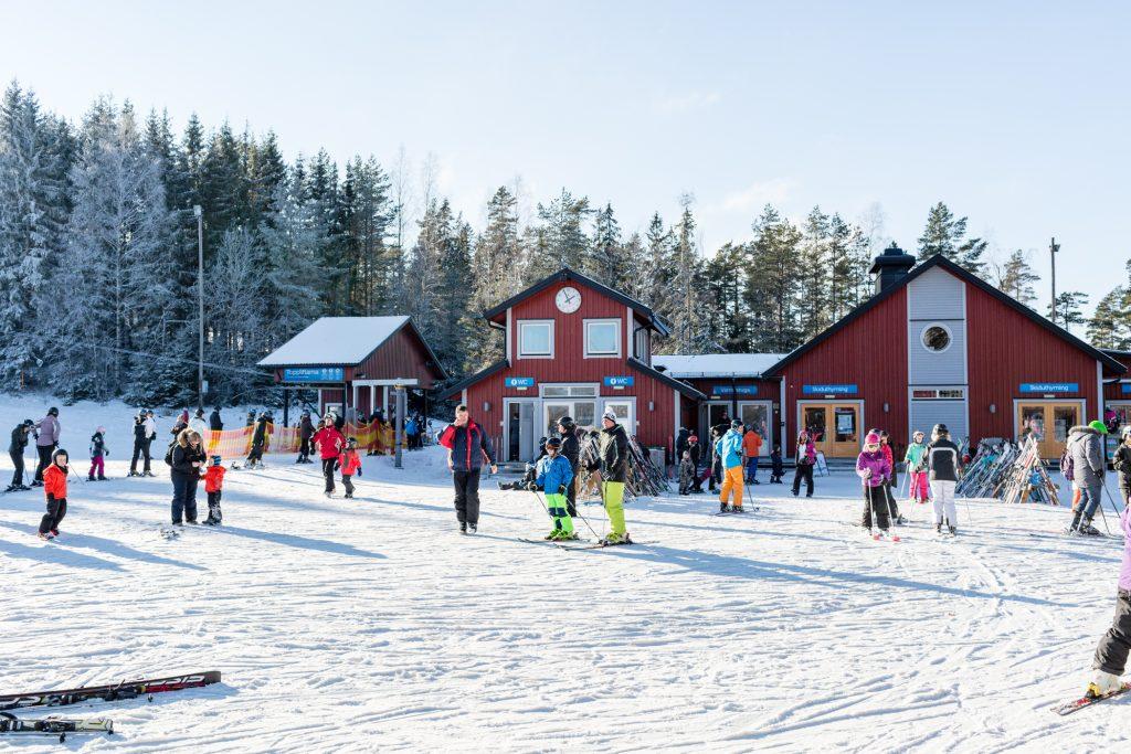 Hovedbygningen i Isaberg rummer både skiudlejning, varmestue og toiletter // Foto: Troels Kjems