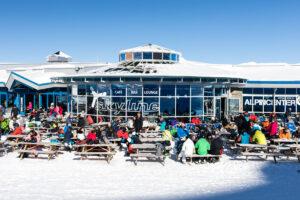 """Frokost i solen ved """"Alpincenter 2450"""" // Foto: Troels Kjems"""