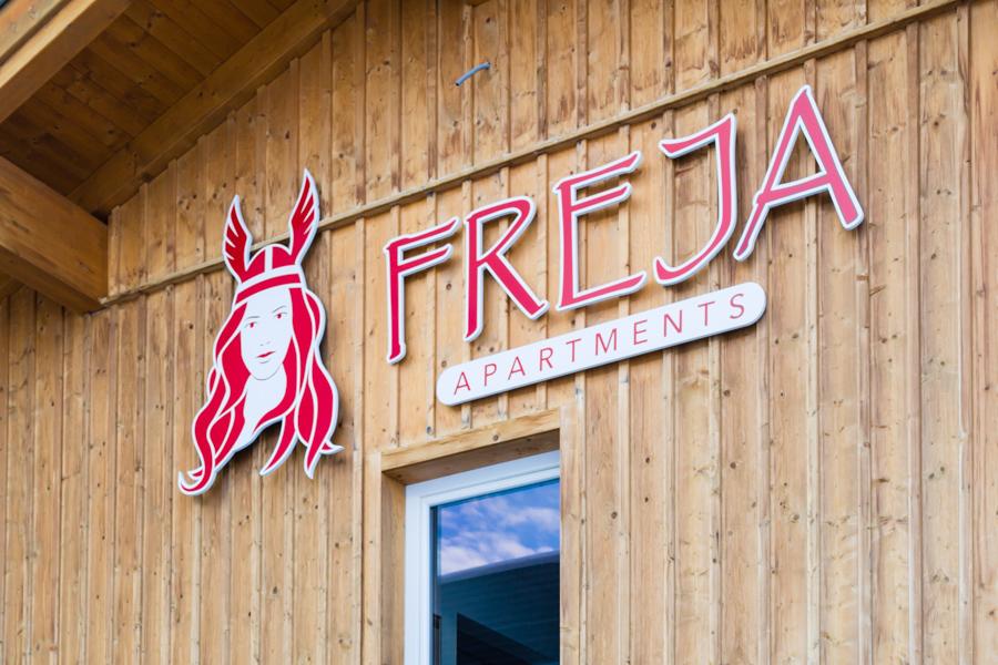 Freja Apartments er et mindre moderne lejlighedskompleks, som ligger cirka 100 meter fra nærmeste skilift i den vestlige del af Obertauern.