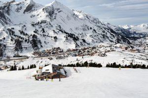 Mange af Obertauerns hoteller og lejligheder ligger langs hovedvejen, som snor sig igennem Obertauern.