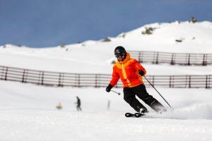 En skiløber tager den røde piste 9A ned fra toppen af Seekareckbahn i Obertauern.
