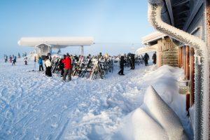 Topprestaurang Snögubben er det naturlige samlingspunkt på toppen af Lindvallens skiområde // Foto: Troels Kjems