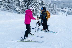 Kex-patruljen uddeler gratis chokolade til Lindvallens skiløbere // Foto: Troels Kjems