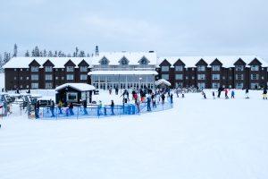 Selv mellem jul og nytår er der ikke voldsom trængsel på børnebakkerne foran SkiStar Lodge i Lindvallen // Foto: Troels Kjems