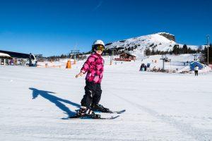 Pige på alpinski