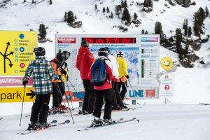 Skiløbere kaster et blik på Obertauerns pistekort inden dagens første tur ned.
