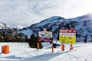Et skilt peger mod Obertauerns lille snowpark.