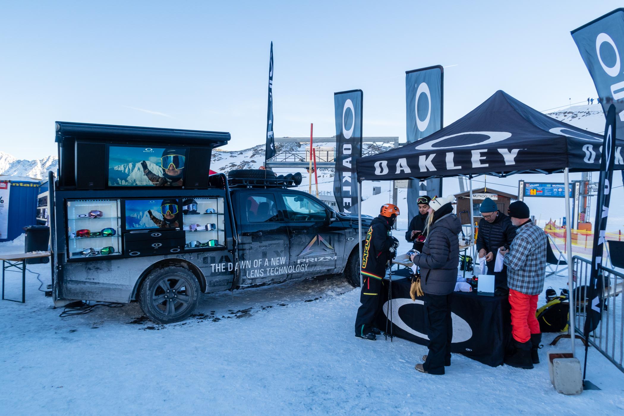 Sæsonens nyeste goggles kan prøves og købes hos Oakley // Foto: Troels Kjems