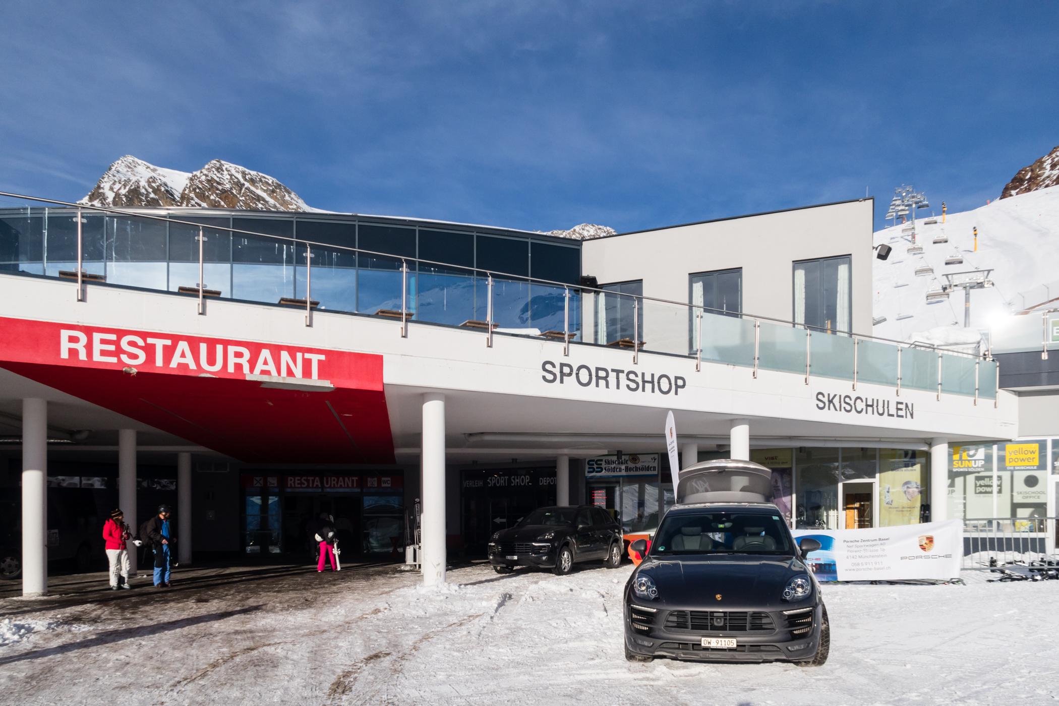 Der ligger en stor restaurant for foden af Tiefenbach-gletsjeren // Foto: Troels Kjems
