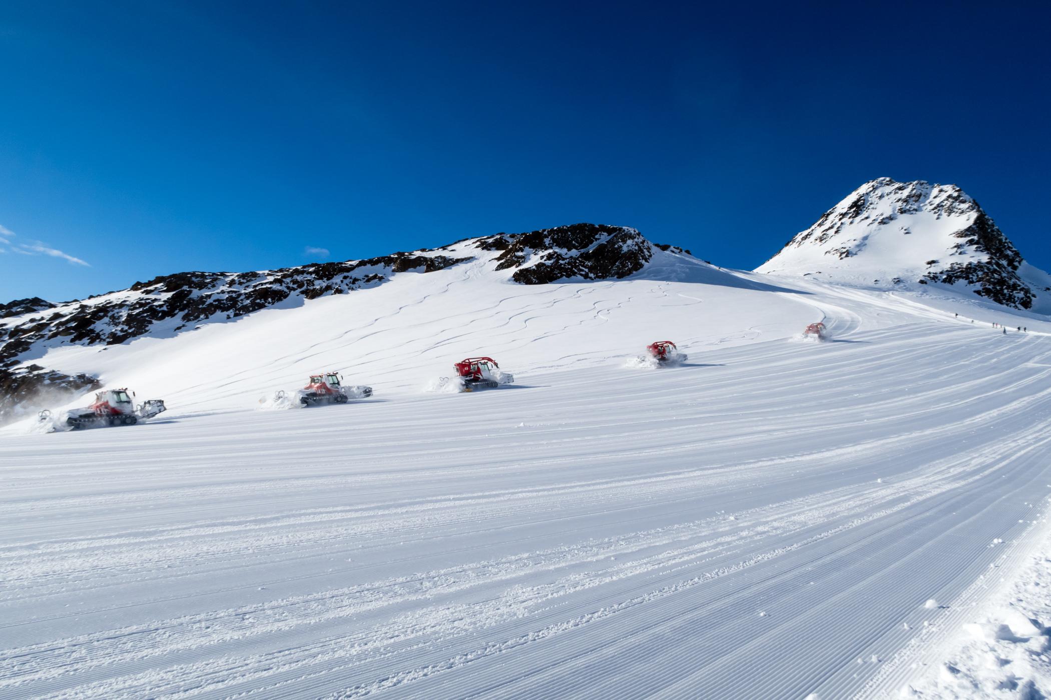 Fem pistemaskiner i aktion på Tiefenbach-gletsjeren // Foto: Troels Kjems