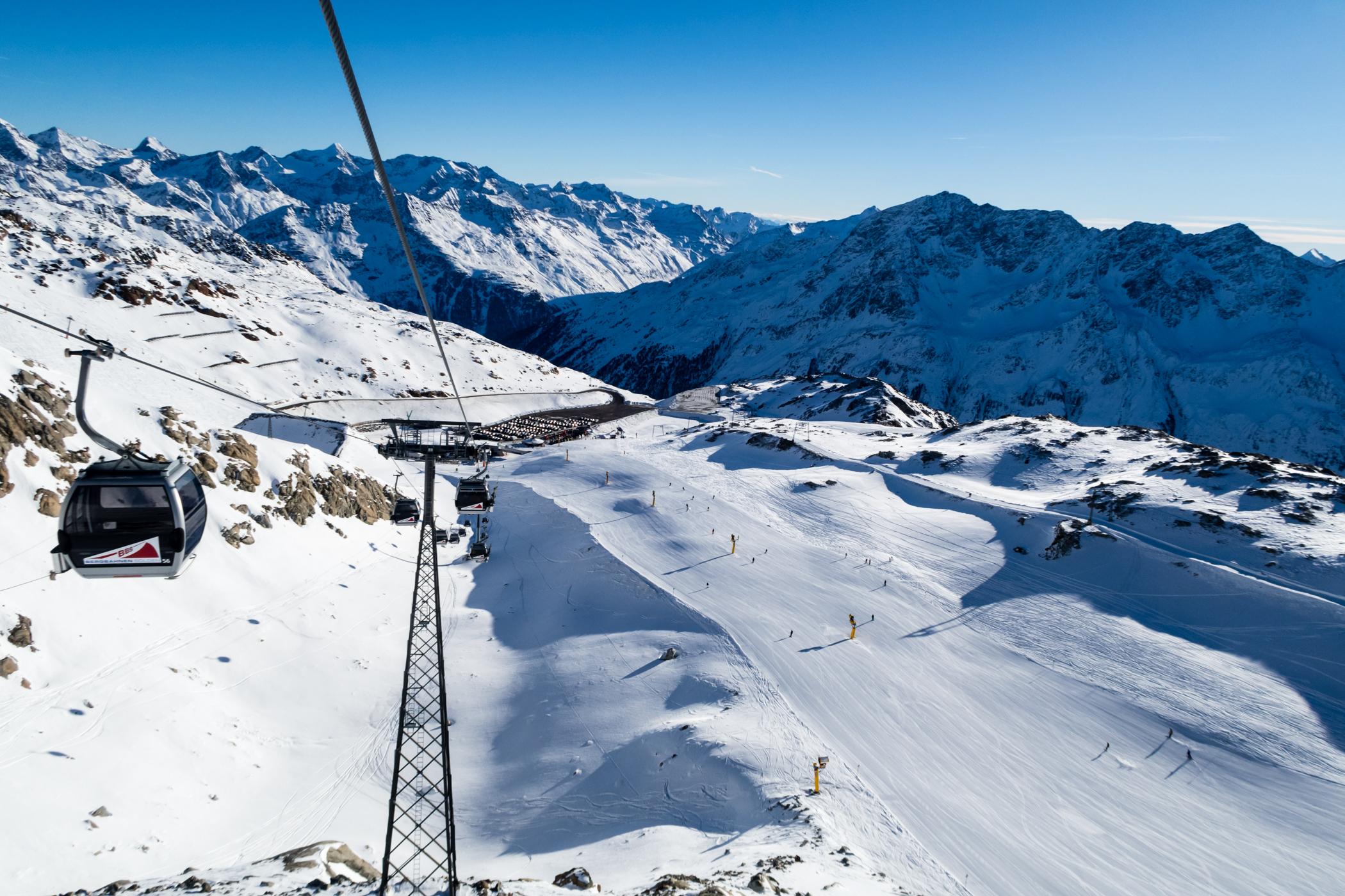 Snowcampen kan skimtes ved foden af Tiefenbachbahn // Foto: Troels Kjems