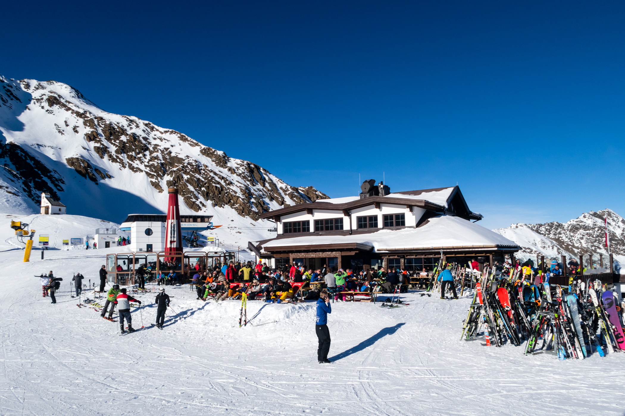 Hvis sneforholdene tillader det, kan du spise frokost nede på Rotkogelhüttes solterasse // Foto: Troels Kjems