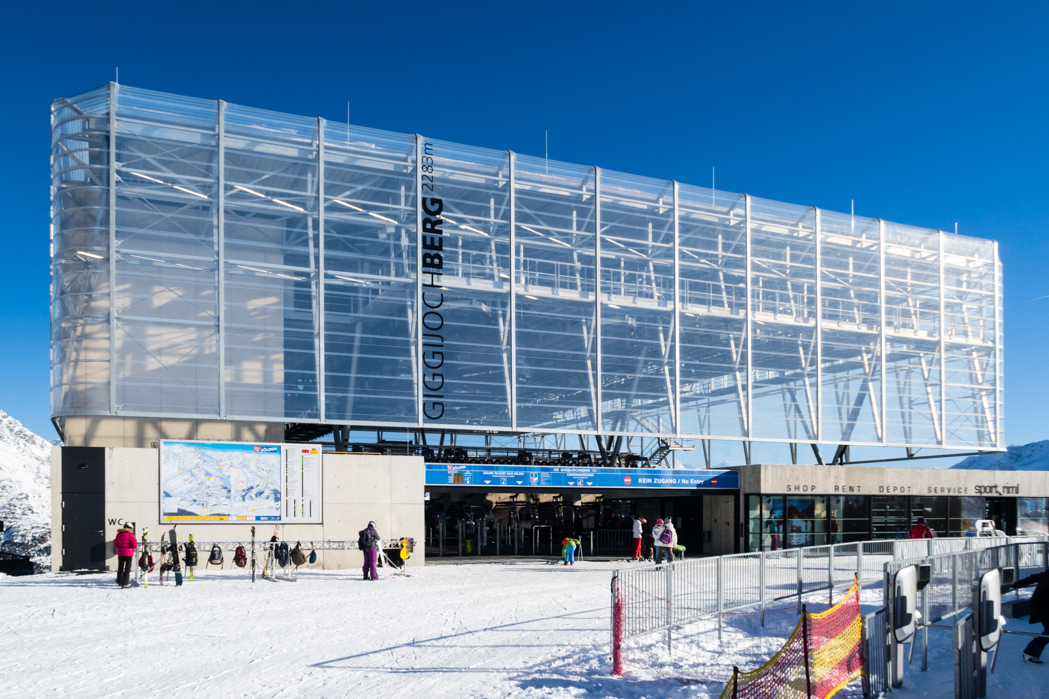 I november 2017 kunne du stå på ski helt ned til Giggijochbahns topstation // Foto: Troels Kjems