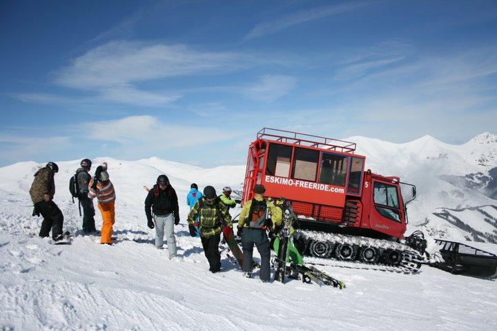 En snowcat (pistemaskine) kører Jer fra top til top // Foto: Christoffer Backman Sørensen