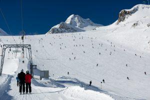E67 Mutkogl trækliften ved siden af piste 39 på Tiefenbach-gletsjeren i Sölden, Østrig.