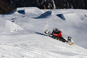 En pistemaskine klargør snowparken i Sölden ved siden af stolelifterne C34 Hainbachkar og C35 Silberbrünnl.