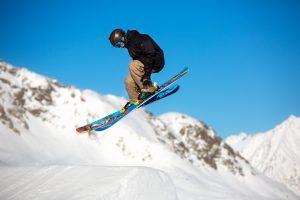 En skiløber går stort i snowparken i Sölden, Østrig.