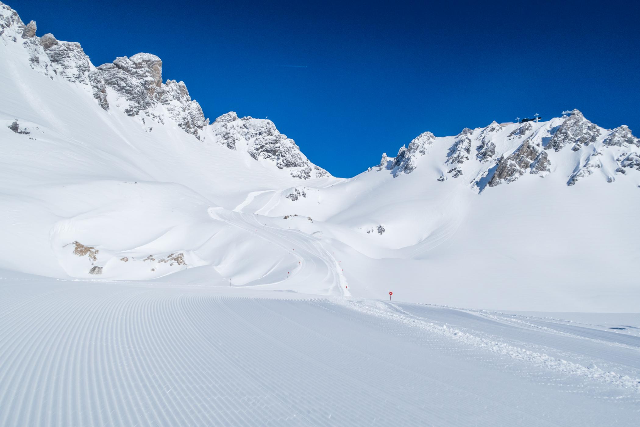 "Nypræpareret rød piste ""85"" nær Valluga-toppen // Foto: Troels Kjems"